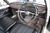 「スバル1000」のインテリア。細身のステアリングホイールと横長の速度計のデザインに、時代を感じる。