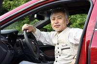 <プロフィール> 太田隆司(おおた たかし) 日本大学芸術学部デザイン学科在学時より、自動車のイラストを描きはじめる。卒業後、ペーパーアート作品の制作に専念。1995年に自動車誌『CAR GRAPHIC』で「PAPER MUSEUM」の連載を開始。1996年に六本木AXISギャラリーで初個展を開催して以来、毎年全国でさまざまな個展や企画展を開催。2015年には台湾・台北市で個展を開いた。また、2002年にテレビ東京の「TVチャンピオン」ペーパークラフト王選手権にて優勝するなど、受賞歴多数。松任谷由実のアルバムプロモーションとしてのコラボレーション作品制作や、NHKドラマ「トキオ 父への伝言」のオープニングタイトルバック制作など、多方面で活躍中。1964年東京都清瀬市生まれ。
