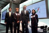 「BMW 320i」の発表会では、BMWジャパンが新たに、公益社団法人日本トライアスロン連合(JTU)のスポンサーとなることが発表された。写真は、左からJTUの日本代表監督を務める飯島健二郎氏、JTU日本代表の細田雄一選手、BMWジャパンのローランド・クルーガー代表取締役社長、JTU日本代表の上田藍選手。