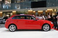 ボディーサイズは、従来モデルより全長が35mm、ホイールベースが60mm拡大。徹底した軽量化により、車重は最大で60kg軽くなっているという。