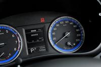 ブルーのアクセントが特徴的なメーター。速度計には220km/hまで目盛りが刻まれている。