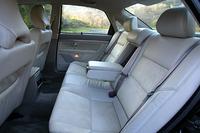 700カ所もの改良を受けたという2004年モデル。前後のドアガラスに、中間にPVB樹脂の膜を挟んだ「ラミネーティッド・サイドウィンドウ」を採用。防犯上有効な割れにくさと、高い防音性をもち、有害な紫外線をカットする。車内の空気を浄化する「アクティブ・キャビンフィルター」を採用したことも新しい。