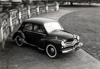1953年から63年まで10年間ライセンスされた「日野ルノー」。写真のモデルは57年後半以降のモデルで、本国版にはない日野独自のグリルを持つ。小型タクシーにも数多く使われた。