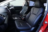 オプションの「ブラックレザーセレクション」を選択したテスト車のシートは、なめらかな触感を特徴とする本革仕立て。前席(写真)にはシートヒーターも備わる。