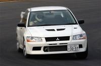 競技用ベース車両たる「RS」(白)には、ルーフ、トランクリッドを薄板化した仕様が用意される。ギアボックスは、「ハイ」「ロウ(スーパークロース)」の2種類から選択可能。交換を前提に、ホイールは鉄チン、シートはノーマル、オーディオ、エアコンなども付かない。ベース価格は251.8万円。写真のテスト車は、薄板仕様。17インチホイール、AYC+ACD+ABS、フロントLSDなどをオプション装備したもの。
