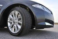 「XJ 2.0ラグジュアリー」のタイヤサイズはフロントが245/45ZR19、リアが275/40ZR19。