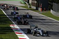 新スペックのパワーユニットが不調で、既に5レースも使っていた旧ユニットに戻さなければならなかったニコ・ロズベルグ(写真前)。予選4位からスタートで出遅れたものの、何とか表彰台圏内の3位まで挽回。徐々に2位ベッテルとの差を詰めていたが、残り2周でマシンは白煙と火を噴き痛恨の無得点。(Photo=Mercedes)