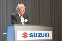 「16年ぶりの新エンジンと軽量化が特徴」と新型「MRワゴン」を紹介する、スズキの鈴木修会長兼社長。