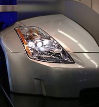 KOITOのプロジェクターヘッドランプ。日産「フェアレディZ」にも採用されている。見た目の「細長さ」がポイントだそうな。