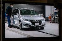 スタート地点で準備を進める試験車の様子が、モニターに映し出されている。