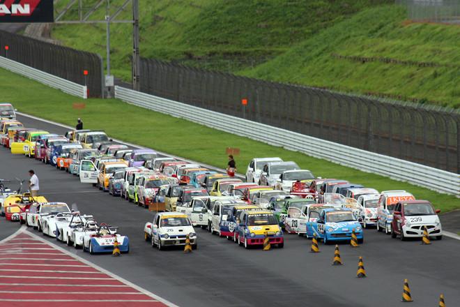 決勝の出走台数は、なんと143台! 混乱を避けるために、午前8時のスタートを前にまずクラス別に整列してから、それぞれのスターティンググリッドに向かう。