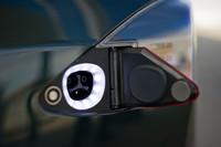 充電プラグは左リアコンビランプ脇に設置される。100V、200Vの普通充電のほか、急速充電にも対応。