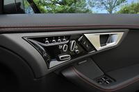 ドア内張りにレイアウトされる、シートポジションの電動調節ボタン。メモリー機能も与えられる(写真は運転席側)。