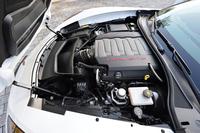 460psを発生する6.2リッターV8。エンジンルーム後方、キャビン寄りに搭載される。ボンネットは前ヒンジの逆アリゲーターだ。