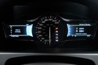 速度計を真ん中に置く「MKX」のメーター。向かって左には燃費などの車両情報が、右側にはオーディオや空調などの操作メニューが表示される。