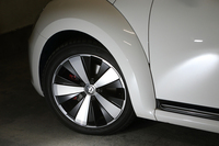 足元には、ブラックとシルバーのツートンカラーを採用した8J×18インチサイズのホイールを装備。スリットから、赤く塗られたブレーキキャリパーがのぞく。