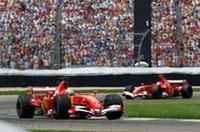 ルノー&ミシュランの後塵を拝してきたフェラーリ&ブリヂストンが、得意とするアメリカGPで復活。序盤は予選2位のフェリッペ・マッサ(写真手前)がレースをリード。最初のピットストップ後にミハエル・シューマッハー(同後ろ)が首位に立ち、そのままの順位でゴールした。(写真=Ferrari)