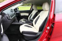 試乗車はハイブリッドモデルの最上級グレード「HYBRID-S Lパッケージ」。6方向調節機構(運転席のみ)とシートヒーターを備えたレザーシートが標準装備となる。