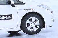 氷上路でのテスト風景。クルマはトヨタのハイブリッドカー「プリウス」。