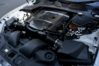 550psと69.3kgmを発生する、スーパーチャージャー付きのV8エンジン。停車時のアイドリングストップ機能も備わる。