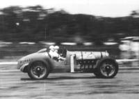 多摩川スピードウエイを走る「カーチス号」。当時のレースでは、このようにメカニックが同乗したのだ。