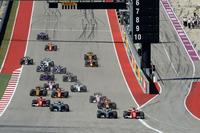 スタートでトップに立ったのは予選2番手のベッテル(写真先頭右)。6周目にハミルトンにオーバーテイクされると、その後はメルセデスに迫ることはできなかった。(Photo=Ferrari)