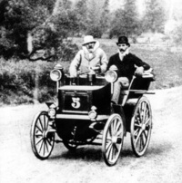 1895年に開催されたパリ‐ボルドー往復レースに、自前のクルマで出場するエミール・ルヴァソールとルネ・パナール。