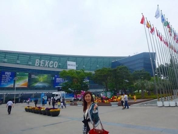 韓国の「釜山国際モーターショー」に行ってきました! 韓国でのモーターショーは首都ソウルと釜山の隔年開催で、今年は釜山で開かれる年。会場の広さは、史上最大規模(4万4691平方メートル)だそうですが、他国のショーと比べれば、2011年の東京モーターショーと同程度。1日で十分見られるスケールです。