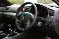 「運転に集中させる」ことを目的に、つや消しブラックのトリムを採用したインテリア。フルオートエアコンやマッキントッシュオーディオなど、装備は豪華。