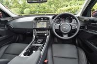「XE 2.5ポートフォリオ」のインテリア。シートの表皮はソフトグレインレザーで、前席には14wayの電動調整機構やシートヒーターが標準装備される。