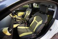 取材車には、「スポーツパッケージ」と「コンペティションパッケージ」で選択可能なワサビグリーン/ブラック内装が装備されていた。コンベンショナルなブラック系の内装なども選べる。