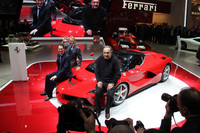 ジュネーブショー2013における新型車「ラ・フェラーリ」のフォトセッション。S.マルキオンネ(写真中央)や、ジョン・エルカーン(写真左)の奥にいても、モンテゼーモロの放つオーラは数段上である。