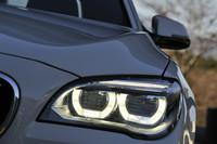 LEDヘッドライトはマイナーチェンジの目玉装備のひとつ。ライトリングもLEDで、ロービームとして機能する。
