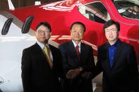左から、本田技研工業の山本芳春専務と伊東孝紳社長、ホンダエアクラフトカンパニーの藤野道格社長。