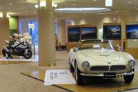 ホテルのロビーには、往年の名車である1958年式「507ロードスター」と、二輪の最新モデル「S1000RR」が展示されていた。