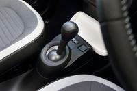 トランスミッションは6段デュアルクラッチ式AT。ただし、自然吸気エンジンを搭載した特別仕様車の「サンクS」には、5段MTが採用されていた。