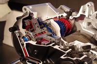 デュアルクラッチ式トランスミッション(カットモデル)のアップ。赤い部分(1-3-5速用ユニット)と青い部分(2-4-6速用ユニット)が交互に6段ギアをなす。