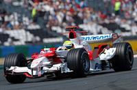 ブリヂストンユーザーのなかでフェラーリとともに復調の兆しを見せるトヨタ。ラルフ・シューマッハー(写真)は5番グリッドから2ストップで4位完走、チームは3戦連続でポイントを獲得した。いっぽうヤルノ・トゥルーリは、ブレーキペダルに違和感を覚え、レース続行が危険と判断、39周でリタイアした。(写真=Toyota)