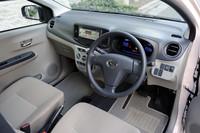 """華美な装飾を持たない「ミラ イース」の運転席まわり。メーターの色は、""""燃費にいい運転""""をするとブルーからグリーンへと変化。ドライバーにエコな運転を促す。"""