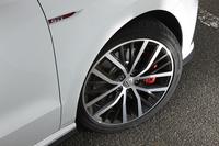 赤いブレーキキャリパーが目を引く足元。今回の改良により、アルミホイールのデザインも新しくなった。
