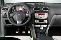 トランスミッションは、6段MT。アルミ製のABCペダルや、ドライバーのほうを向いた3連メーターがヤル気にさせる。