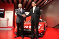 エースナンバーの「23」をつけた、ニスモワークスの今季のGT500用「GT-R」の前でガッチリと握手を交わす日産のカルロス・ゴーン社長(写真左)とニスモの宮谷正一社長。