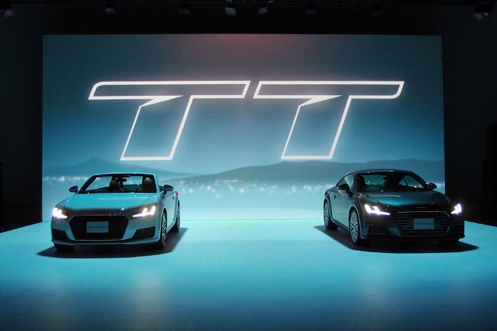 新型「アウディTT」発表会におけるひとこま。写真左は「TTロードスター 2.0 TFSIクワトロ」で、右は「TTSクーペ」。