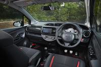 インテリアの様子。ステアリングホイールやシートのみならず、カーボン調パネル(助手席前方)やブラックのスイッチベース(ドア内側)、メッキ調スピーカーリング、アルミペダルなど、多くのドレスアップアイテムで飾られる。オートエアコンと盗難防止システムは、「スマートパッケージ」ならではの装備。