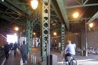 今回の写真は、大矢アキオ式「東京スナップ2010」と題してお届けします。まずは、JR線の古い橋脚。パリ地下鉄6号線の高架下感覚なんちゃって。神田駅で。
