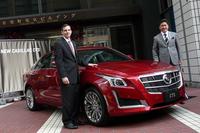 新型「キャデラックCTS」と、ゼネラルモーターズ・ジャパン代表取締役社長の石井澄人氏(右)、同社セールスマーケティングディレクターのグレッグ・セデウィッツ氏(左)。
