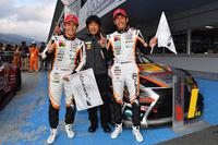 ニューマシンでGT300クラスを制したLM corsa。写真左から、坪井 翔、影山正彦総監督、中山雄一。