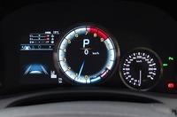 """""""F""""専用デザインのメーターパネル。中央のエンジン回転計は液晶表示で、指針の動きまでがアニメーションになっている。"""