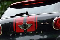 リアのハッチには、「MINI」「JOHN COOPER WORKS」のエンブレムに交じって「PACEMAN」の車名ロゴが輝く。