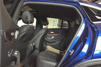 「GLC350e 4MATICクーペ スポーツ」の後席。身長163cmの記者が座った際には頭上に握りこぶし1つ分の余裕があった。